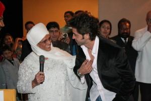 Hrithik Roshan touching Bibiji Inderjit Kaur\'s feet out of respect